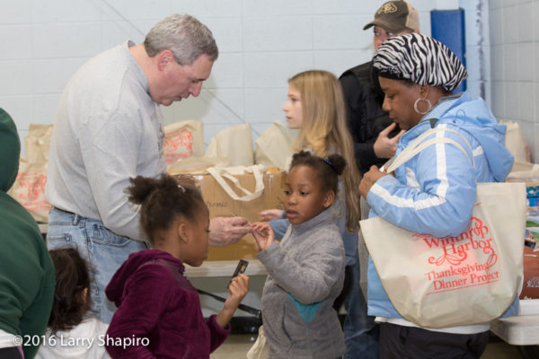 volunteers help others at thanksgiving